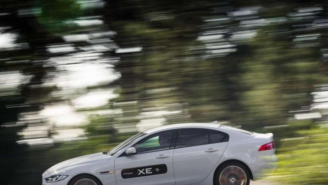 Den Herausforderer von BMW 3er und Mercedes C-Klasse wird es im Juni ab 36 500 Euro geben. Foto: Jaguar