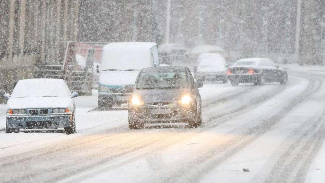 Vielerorts in Deutschland sind Straßen und Fahrzeuge mit einer Schneeschicht bedeckt. Autofahrer sollten nun besondere Vorsicht walten lassen, um sicher ans Ziel zu kommen. Foto: Marcel Kusch
