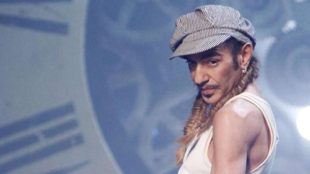 John Galliano 2010 auf dem Laufsteg der Paris Fashion Week. Foto: Lucas Dolega