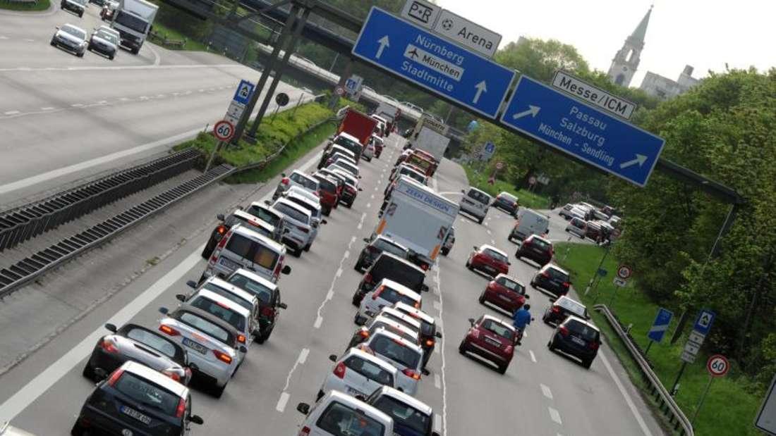 Autofahrer müssen sich auf volle Straßen am Wochenende einstellen. Foto: Tobias Hase