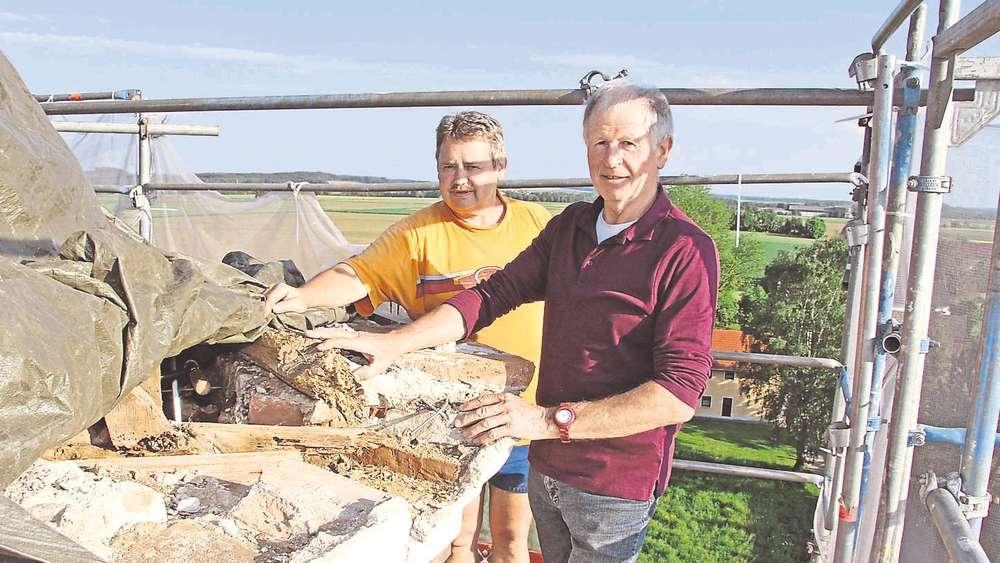 Morsches Holz und marodes Mauerwerk   Erding
