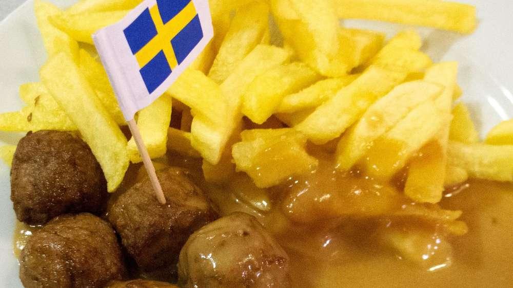 Ikea Essen: Köttbullar Mit Rahmsoße, Einem Klecks Preiselbeeren Und ...