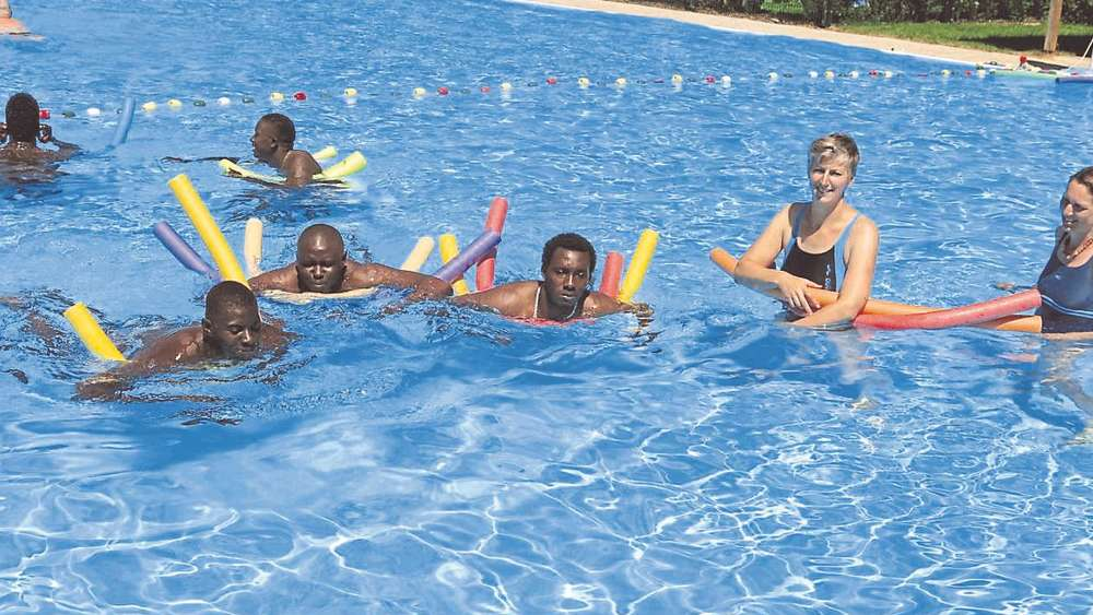 Mit Schwimmnudel und Freude: Den Flüchtlingen macht der von Gilla Bialas und Isabel Kühnl (v.r.) geleitete Schwimmunterricht sichtlich Spaß. foto: ost