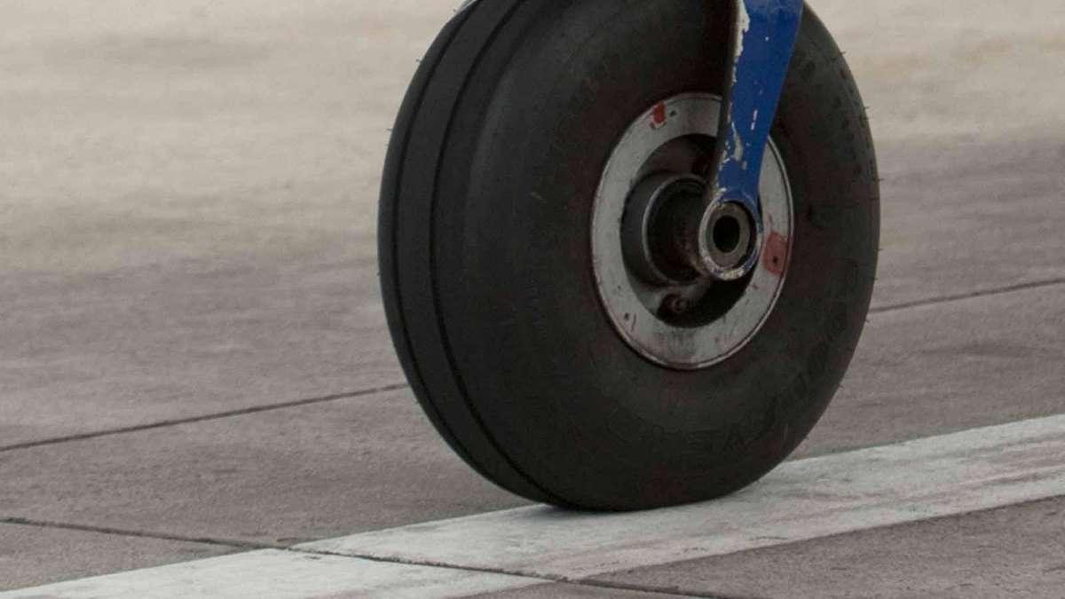 Unsanfte Landung: Sportpilot landet ohne Fahrwerk | Bayern