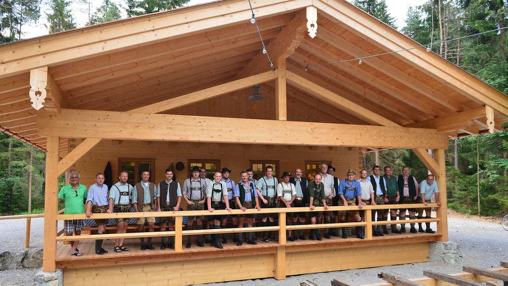 Gut gemocht Kreuth: Drei Vereine bauen gemeinsam Waldfesthütte   Kreuth BD54