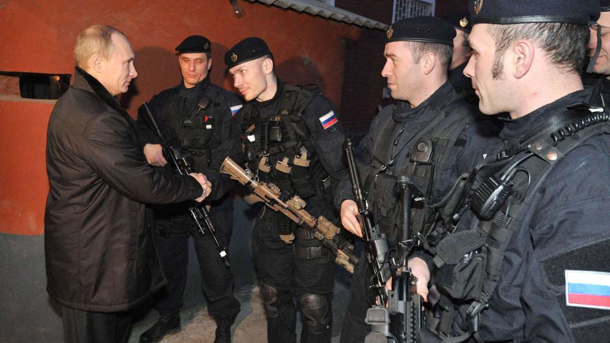 Hahn saugen russische Soldaten