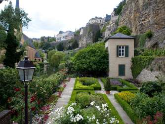 Luxembourg city: the old city, Grund district, the casemates and fortifications from the Alzette river ( Luxembourg ville, vieille ville, les casemates du Bock et les fortifications vues du Grund le long de l'Alzette)