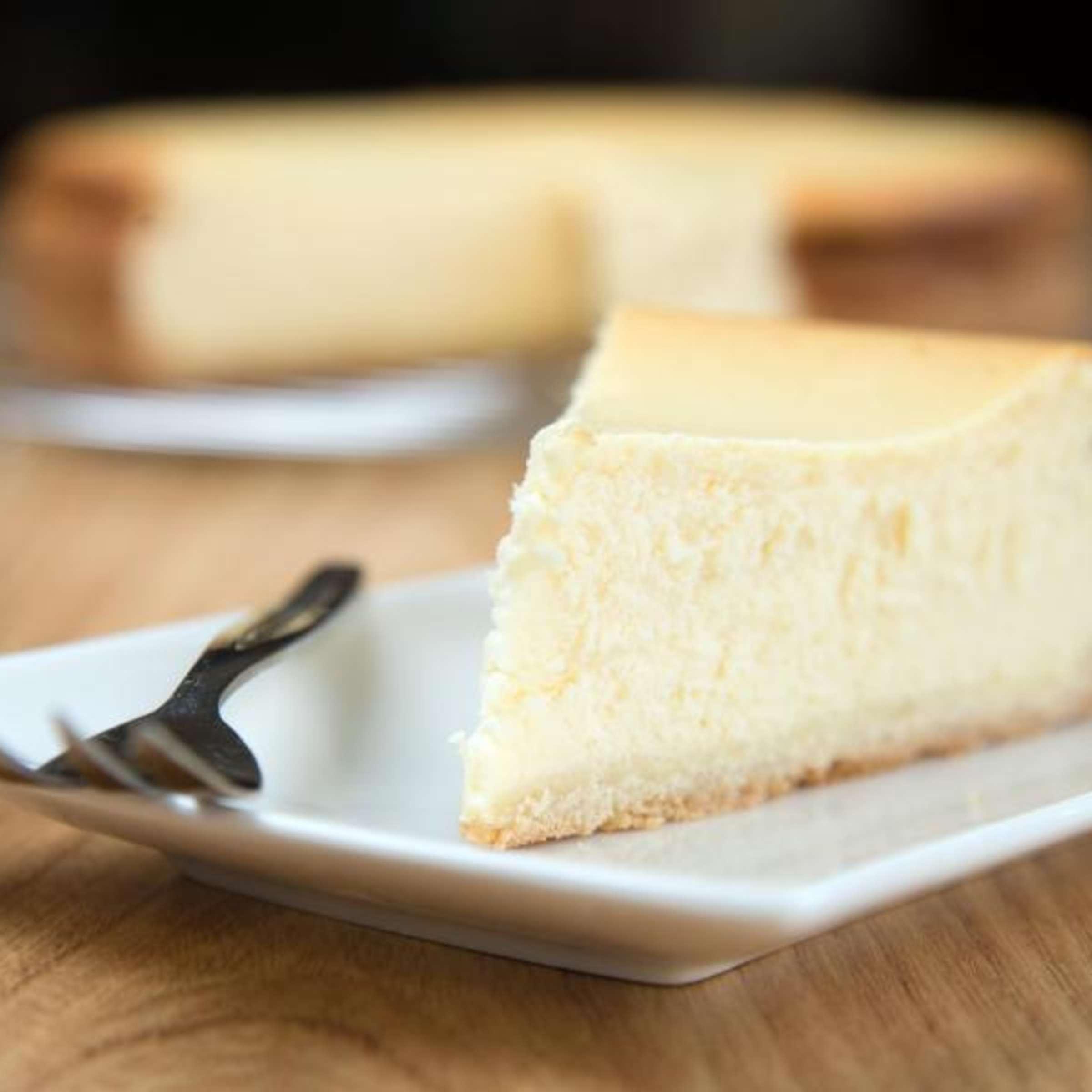 Mit cremigem Eiweiß: So gelingt ein Käsekuchen ohne Risse  Genuss