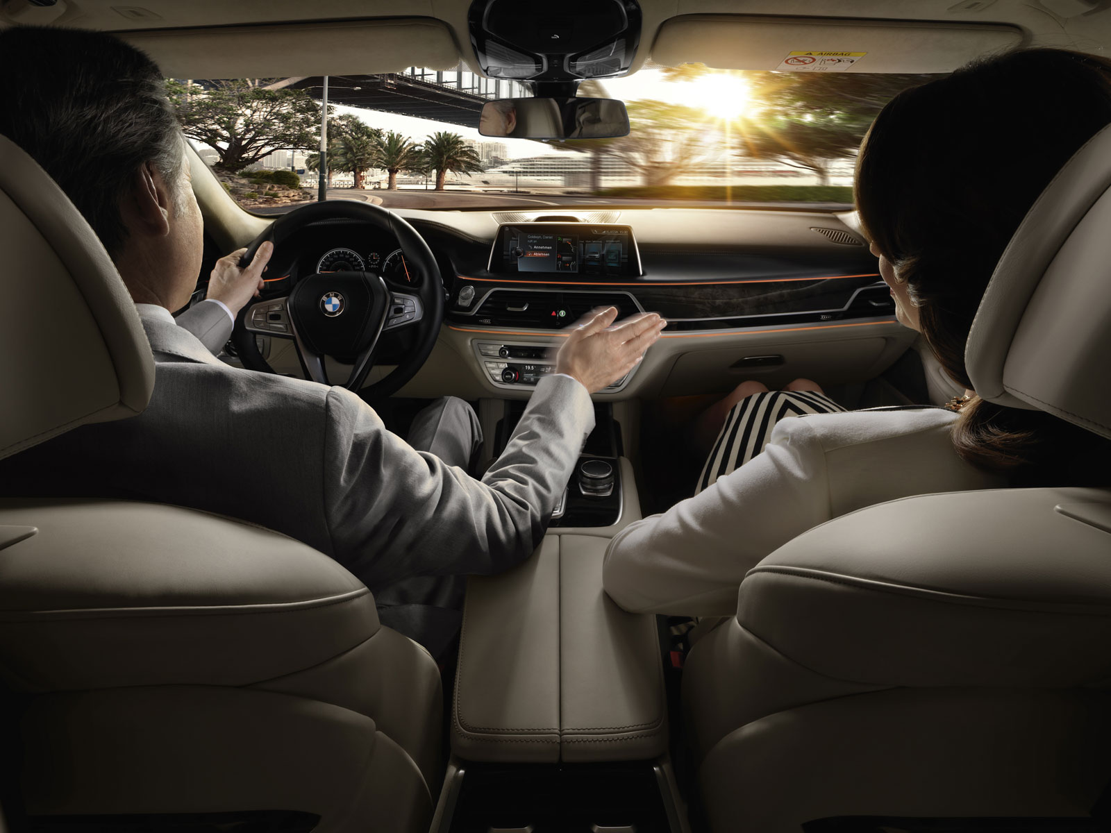 Highlights im neuen 7er BMW: Neben Holz, Leder und Metall ist das Cockpit mit neuester Technik ausgestattet.