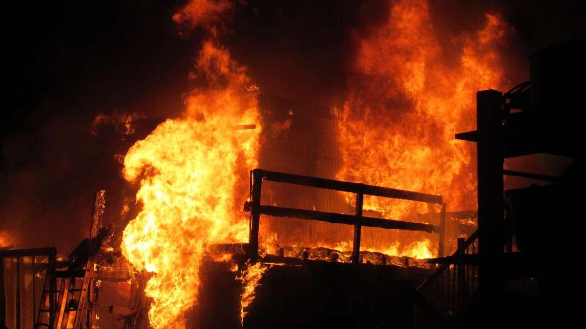 augsburg meterhohe flammen bei container brand bayern. Black Bedroom Furniture Sets. Home Design Ideas