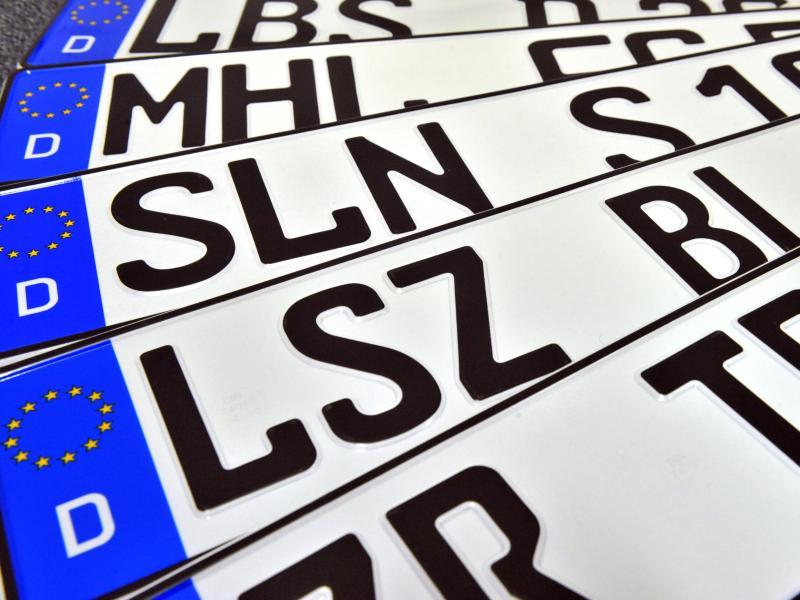 Alte Autokennzeichen der Thüringer Städte Schmölln, Bad Lobenstein, Bad Langensalza und Zeulenroda-Triebes. Foto: Martin Schutt