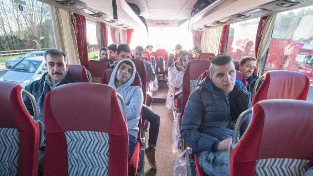 Landrat schickt Bus mit Syrien-Flüchtlingen zum Kanzleramt | Politik