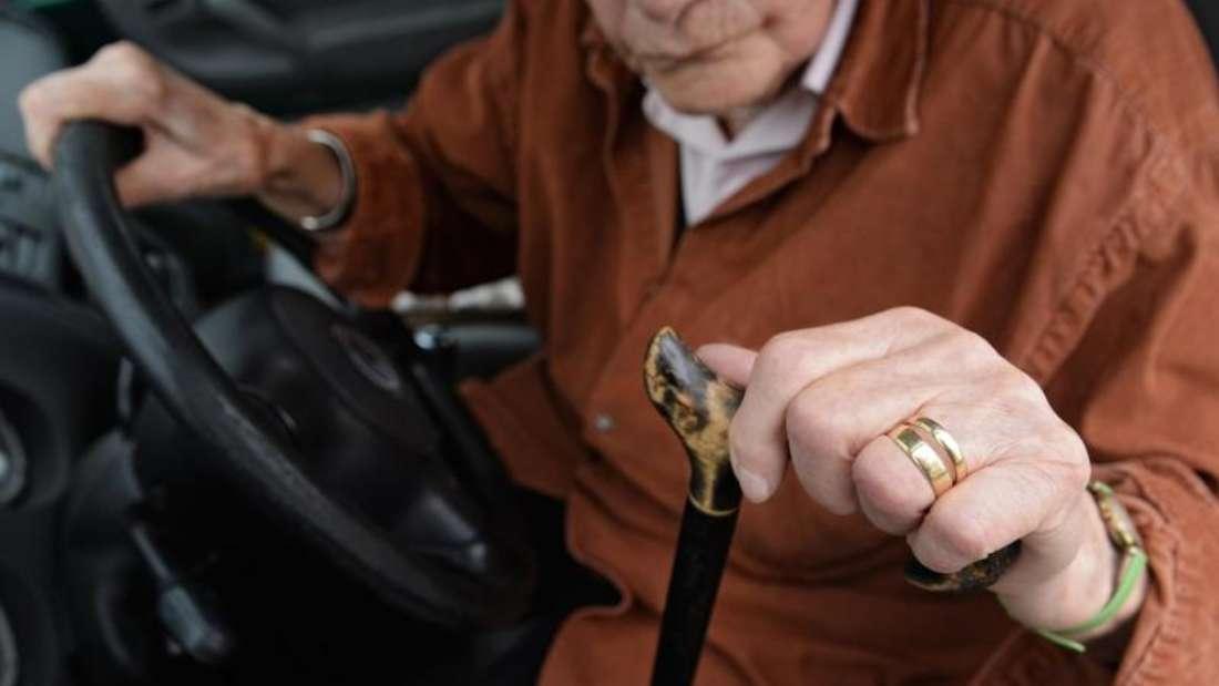 Schlechter sehen, schwerer hören, langsamer reagieren – die Voraussetzungen für gutes Autofahren werden im Alter nicht besser. Jetzt fordern Experten verbindliche Testfahrten für Senioren. Foto: Felix Kästle/Archiv