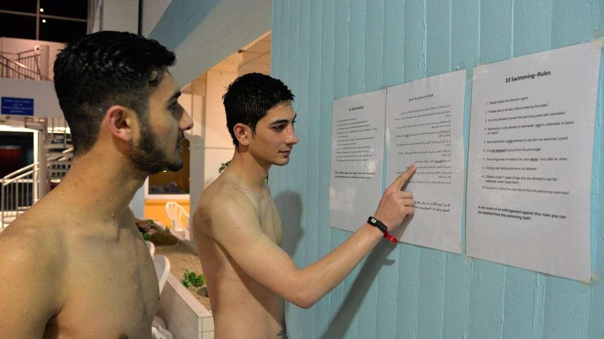 fl chtlinge schwimmbad erl sst fragw rdige regeln politik On schwimmbad flüchtlinge