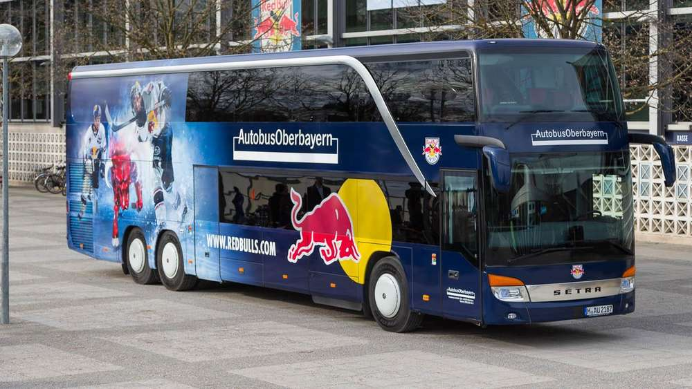 ehc red bull m nchen bekommt neuen mannschaftsbus wer sitzt hier wo ehc m nchen. Black Bedroom Furniture Sets. Home Design Ideas
