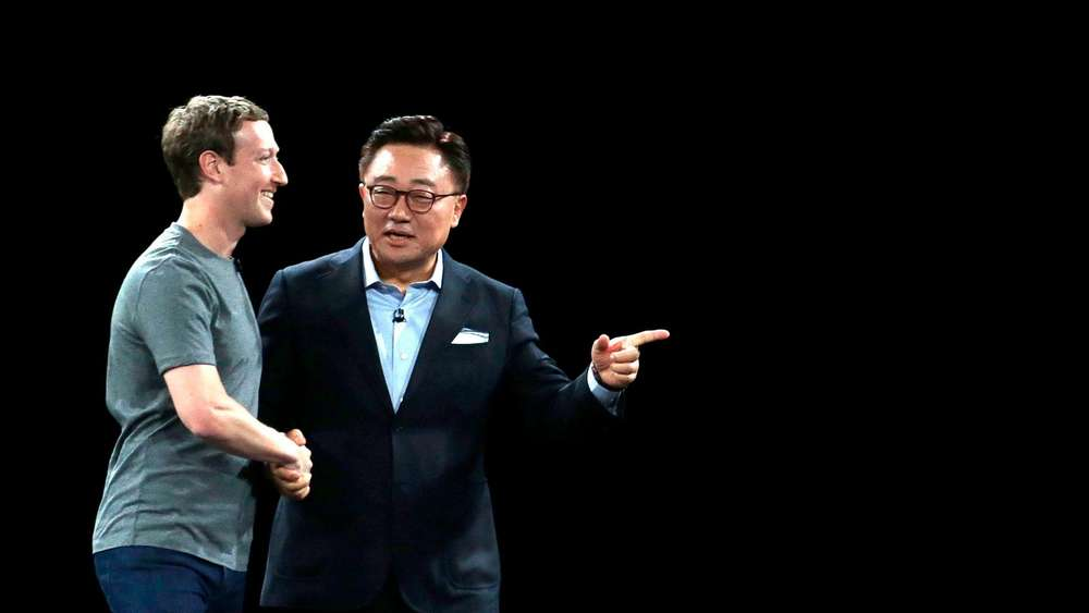 Facebook-Chef Mark Zuckerberg und D.J. Roth, Chef der Samsung Mobil-Sparte, beim Mobile World Congress in Barcelona.