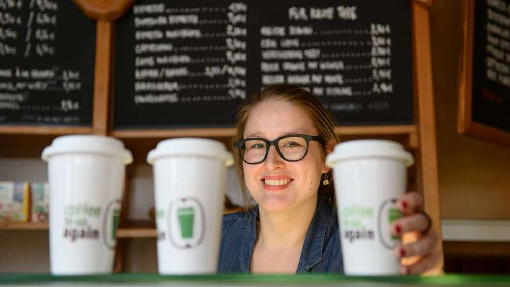 "Julia Post vom Projekt ""Coffee to go again"" im Cafe ""Mutter Erde"" in München."