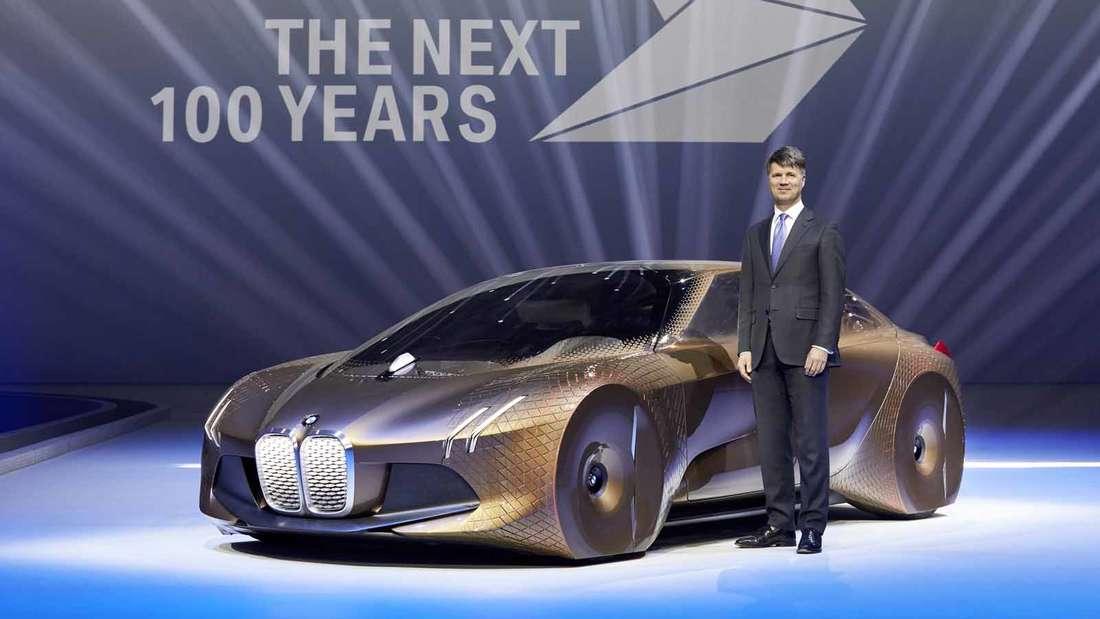 Harald Krüger, Vorsitzender des Vorstands der BMW AG, und das BMW Vision Next 100.