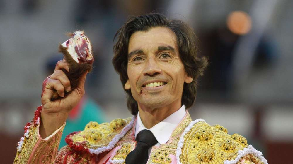 Spanish matador Curro Diaz holds up a bull&#39s ear during the San Isidro bullfight festival at Las Ventas bullring in Madrid on March 20, 2016. / AFP PHOTO / ALBERTO SIMON