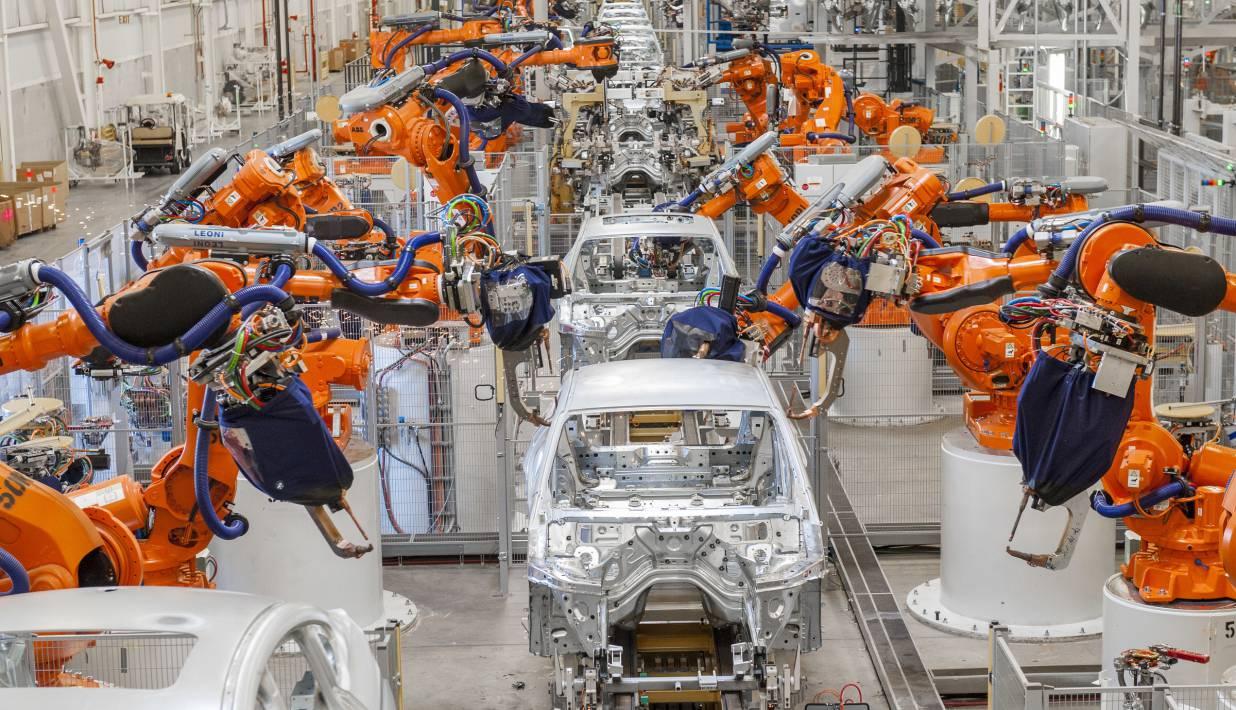 Der Karosseriebau ist heute bereits automatisiert. Roboter haben das Verschweißen von Blechteilen zu ganzen Karosserien übernommen.