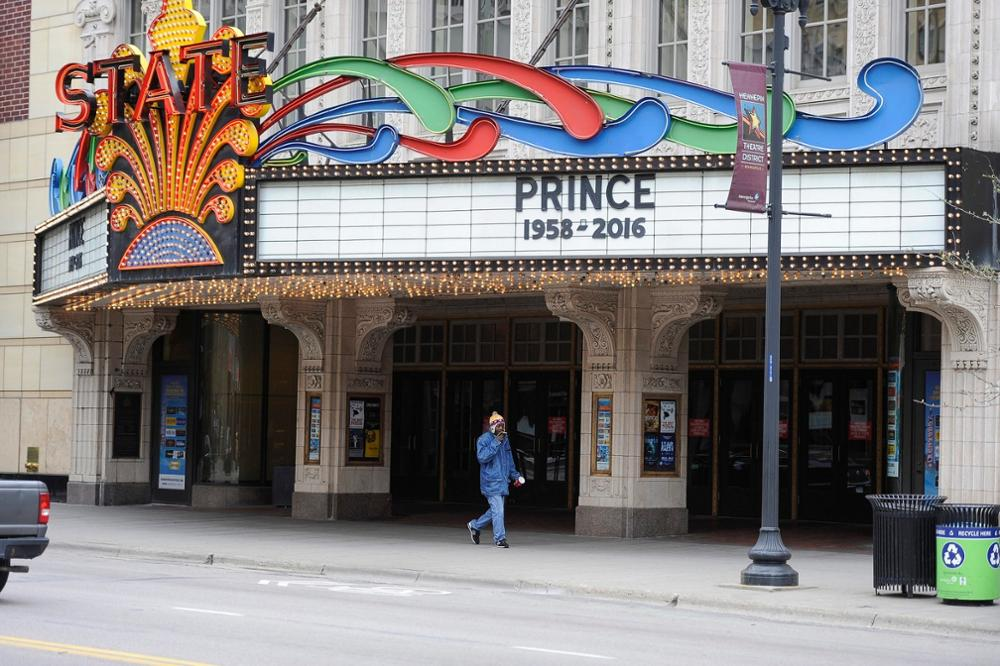 epa05272582 Theater marquees in downtown display tributes to Prince after his death in Minneapolis, Minnesota, USA, 22 April 2016. US singer-songwriter and musician Prince died on 21 April at his residence in Chanhassen, Minnesota. He was 57. EPA/CRAIG LASSIG +++(c) dpa - Bildfunk+++