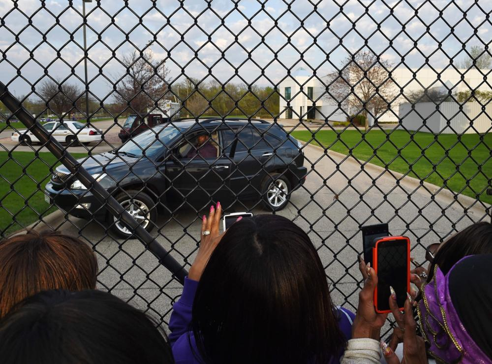 Maurice Phillips (in car), the brother-in-law of Prince, plays Prince songs on his car stereo for fans following a memorial service held inside the Paisley Park compound of music legend Prince, who died suddenly at the age of 57, in Minneapolis, Minnesota, on April 23, 2016.Family, friends and musicians attended the service after the remains of Prince were cremated before being placed in a private location. / AFP PHOTO / Mark Ralston