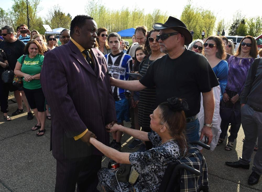 Maurice Phillips (L), the brother-in-law of Prince, talks with fans following a memorial service held inside the Paisley Park compound of music legend Prince, who died suddenly at the age of 57, in Minneapolis, Minnesota, on April 23, 2016.Family, friends and musicians attended the service after the remains of Prince were cremated before being placed in a private location. / AFP PHOTO / Mark Ralston