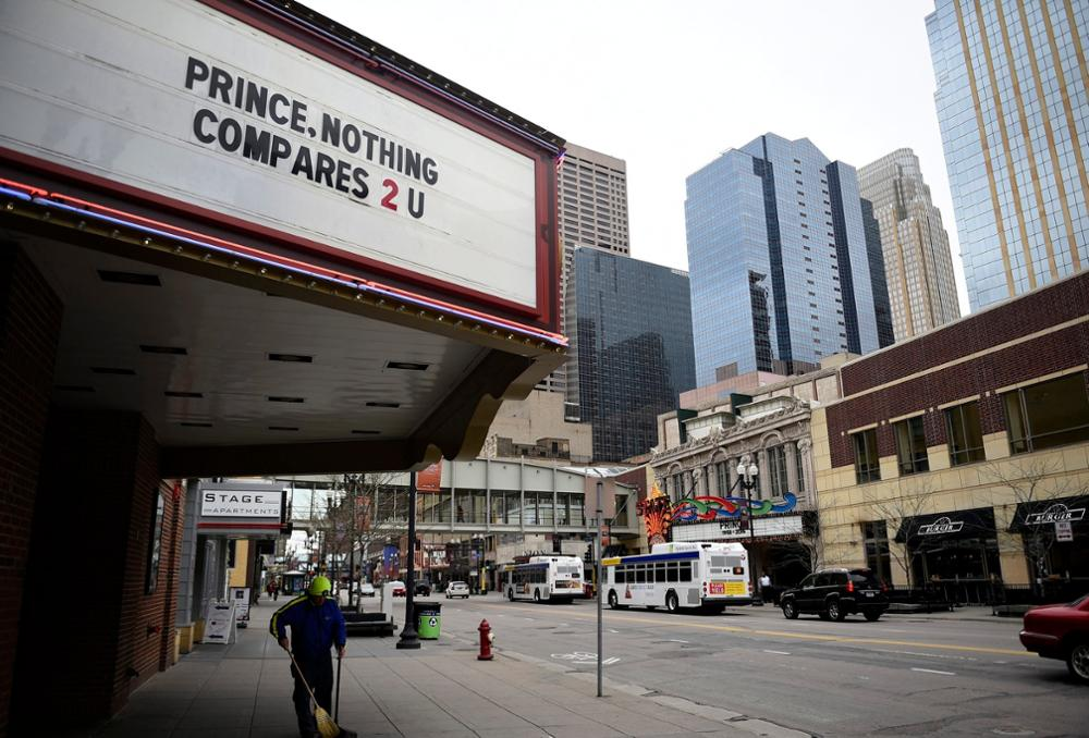 epa05272580 Theater marquees in downtown display tributes to Prince after his death in Minneapolis, Minnesota, USA, 22 April 2016. US singer-songwriter and musician Prince died on 21 April at his residence in Chanhassen, Minnesota. He was 57. EPA/CRAIG LASSIG +++(c) dpa - Bildfunk+++