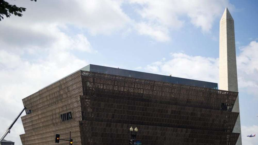Das National Museum of African American History and Culture befindet sich in der Nähe des Washington Monument (R). Foto: Shawn Thew