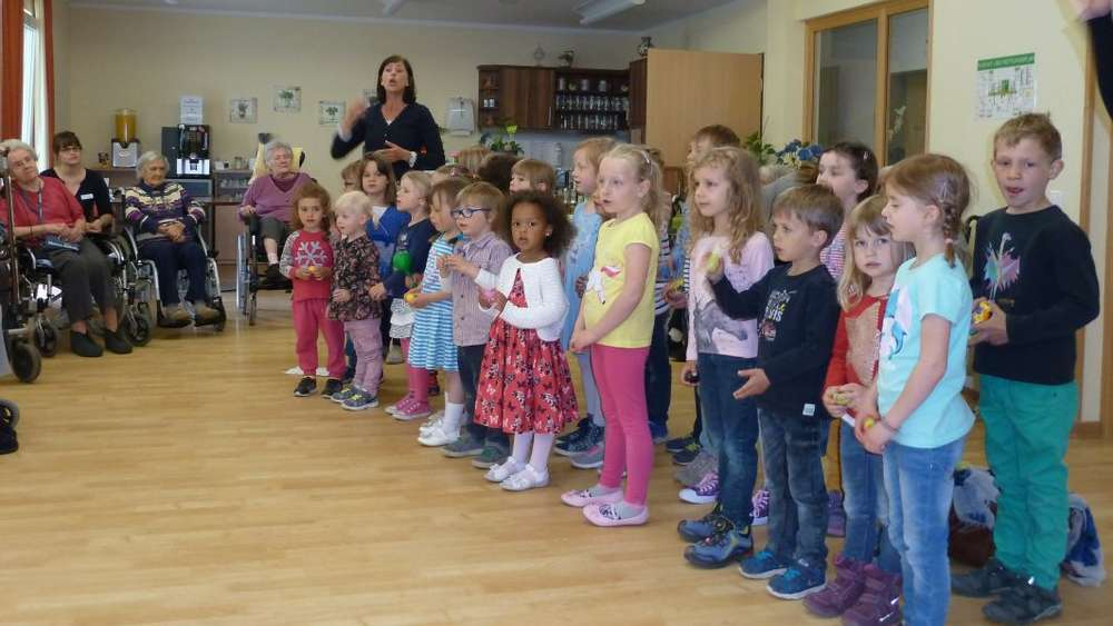 Indersdorfer Kindergartenkinder singen im Pflegeheim | Dachau