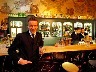Barkeeper Klaus St. Rainer in der goldene Bar