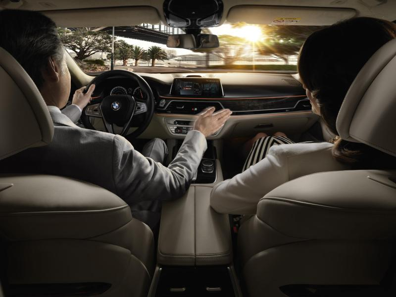 Wisch und weg: Mit Handbewegungen kann man im 7er BMW Anrufe annehmen oder ablehnen, die Lautstärke regulieren oder das Hauptmenü aktivieren. Foto:BMW