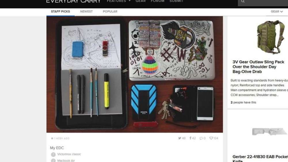 Pinsel, Skizzenblock, externe Festplatte und ein MacBook: Zweifellos die Alltagsuntensilien eines Kreativen. Screenshot: everydaycarry.com Foto: everydaycarry.com