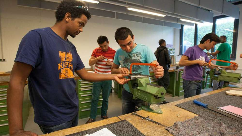 Asylsuchende nehmen an Pilotprojekt teil   Ausbildungsprogramm Metallbearbeitung   We u00dfling