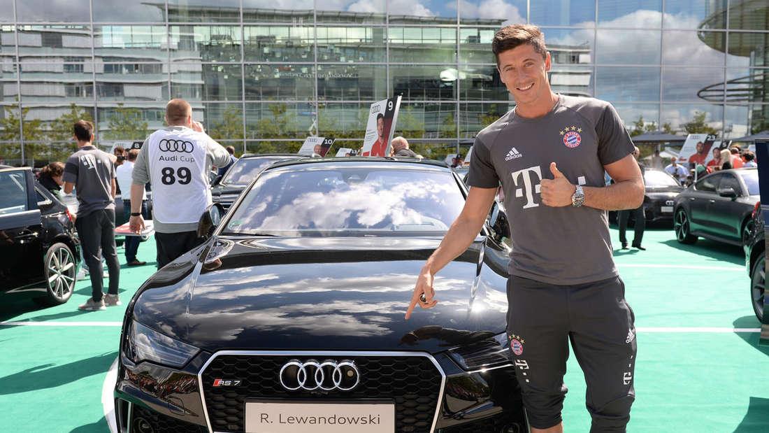 Die Übergabe der neuen Dienstautos an die Lizenzspieler des FC Bayern München 2016/17.