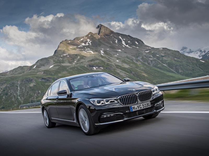 Wer an die Umwelt denkt und es sich leisten kann, kann sich für 90900 Euro den neuen BMW 740e zulegen. Foto: BMW