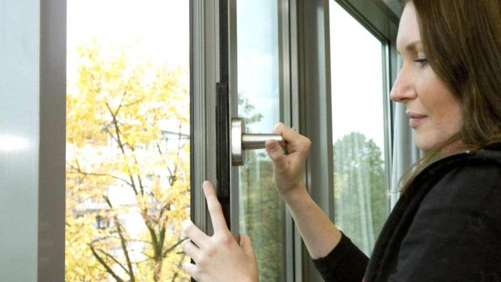 Fenster und Tür auf Zugluft prüfen | Wohnen