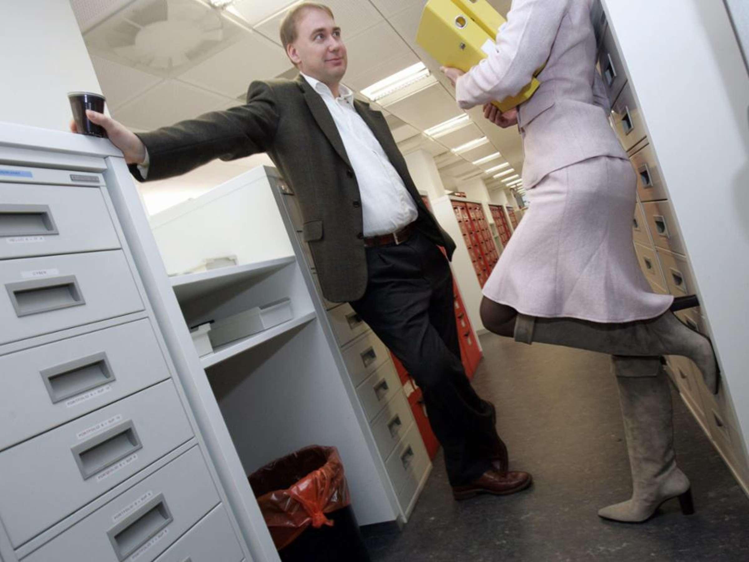 Romantik am Arbeitsplatz: Flirten per Mail und Liebe im Büro - healthraport.de