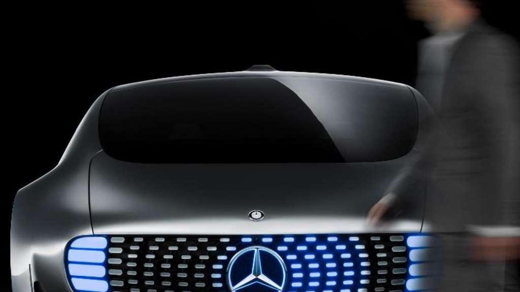 Unheimliche Begegnung: Die Lichteinheiten der Mercedes-Studie F 015 können beispielsweise mit Passanten kommunizieren. Foto:Daimler AG
