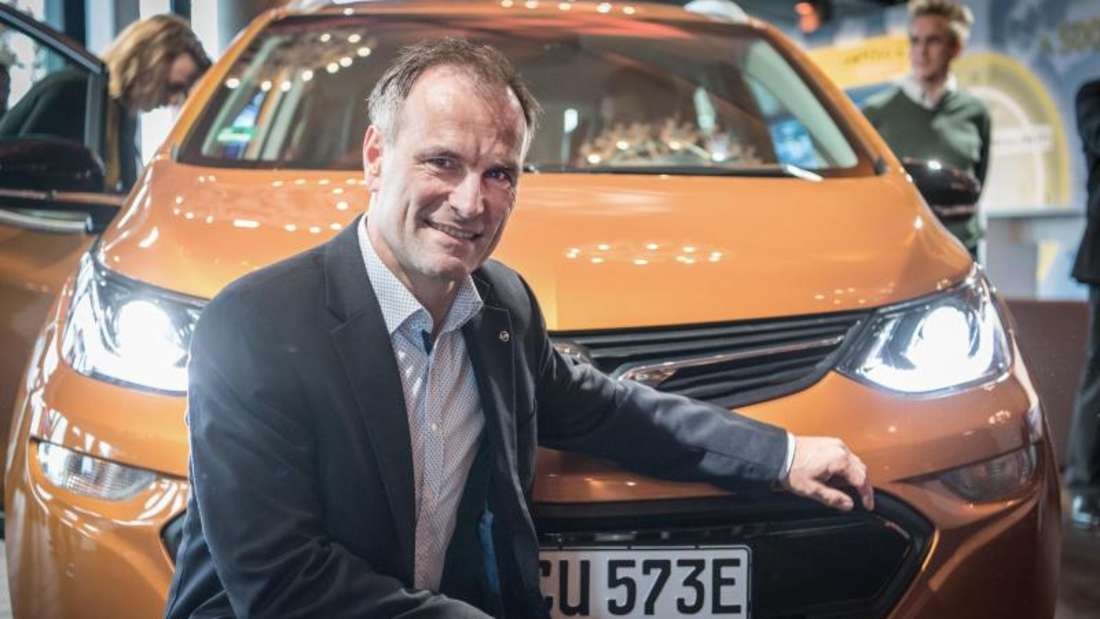 Ralf Hannappel, Direktor Elektrifizierung und technischer Projektleiter des neuen Opel Ampera-E, vor dem neuen Elektro-Opel. Foto: Boris Roessler