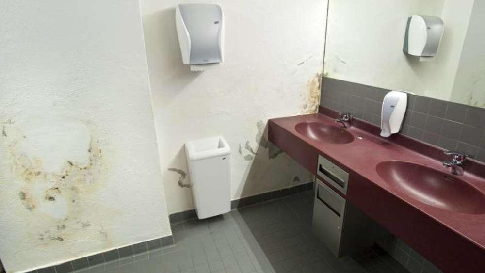 toiletten in fragw rdigem zustand tiefstollenhalle salpeter ausbl hungen pei enberg. Black Bedroom Furniture Sets. Home Design Ideas
