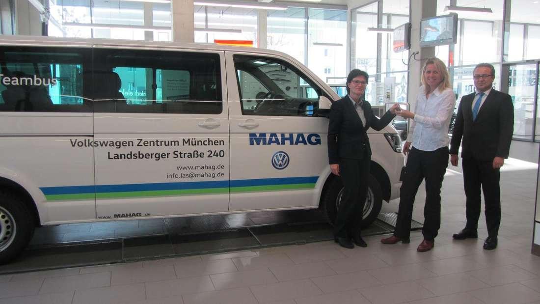 MAHAG-Betriebsleiterin Marion Schoppe, Simone Boehringer vom ESV München und MAHAG-Verkaufsleiter Ottmar Prockl (v.l.) bei der Schlüsselübergabe.