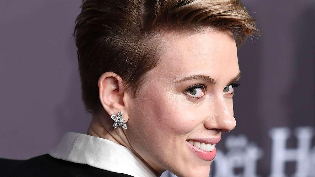Scarlett Johansson Kommt Mit Kurzhaarschnitt Zur Benefiz