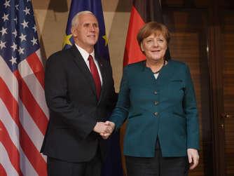 US-Vize Mike Pence und Kanzlerin Angela Merkel auf der Sicherheitskonferenz.