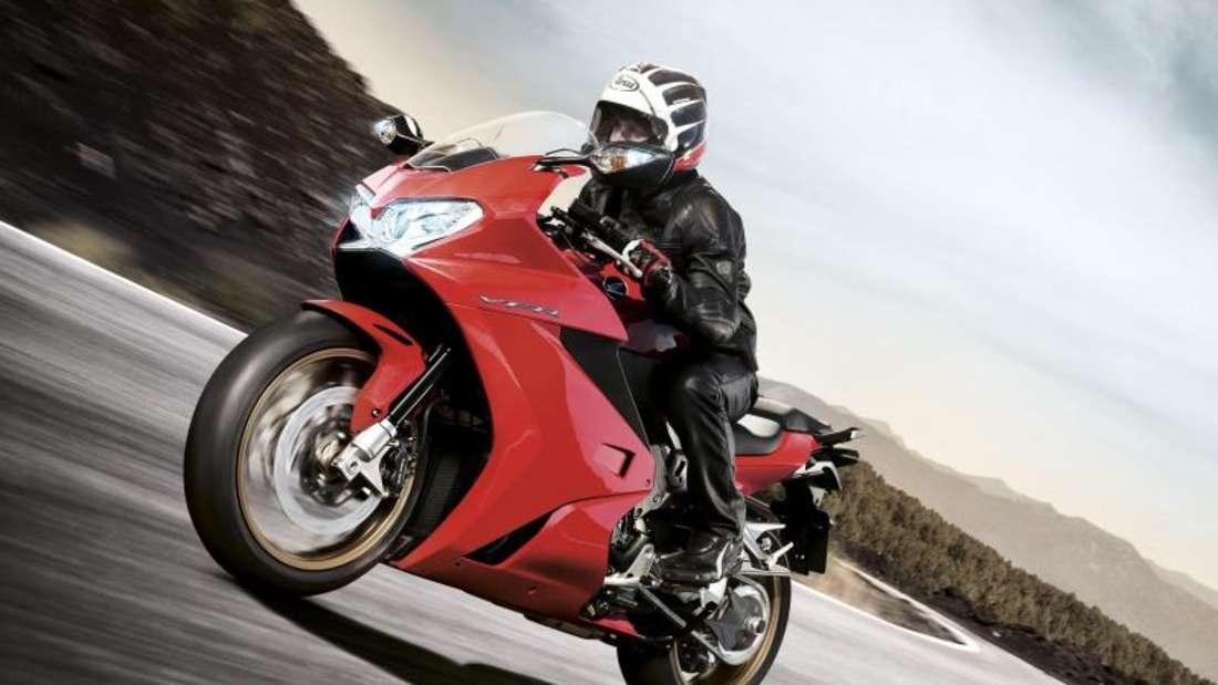 Sporttourer: kompakte, vollverkleidete Motorräder mit sportlicher Sitzposition wie die Honda VFR 800. Foto: Honda/dpa-tmn