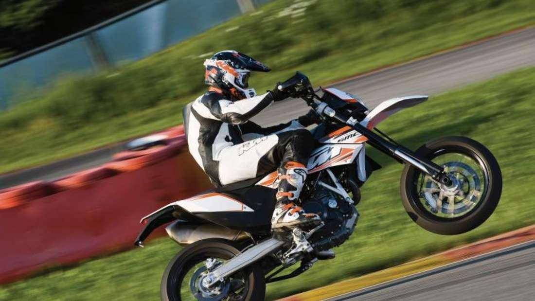 Supermoto: leichte, spartanische Motorräder wie die KTM 690 SMC. Foto: Rudi Schedl/KTM/dpa-tmn