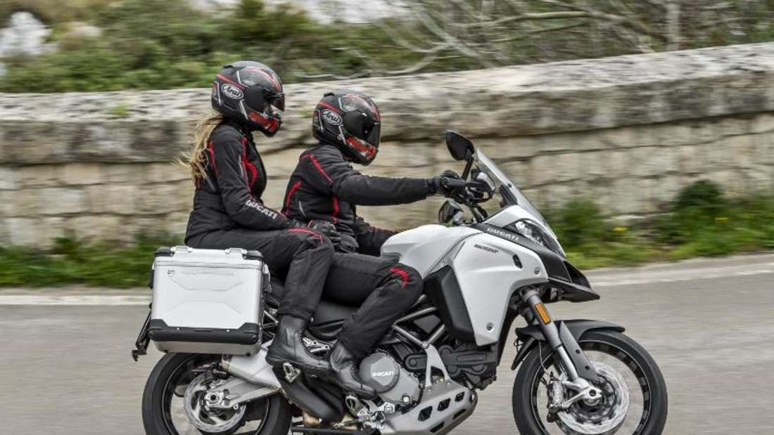 Crossovermodelle kennzeichnen zum Beispiel eine höhere und aufrechtere Sitzposition wie bei der Ducati Multistrada. Foto: Ducati/dpa-tmn