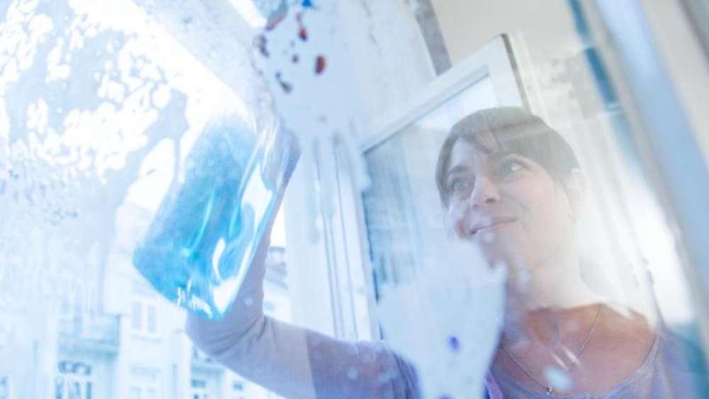 Fenster putzen: Öl für Beschläge nicht vergessen   Wohnen