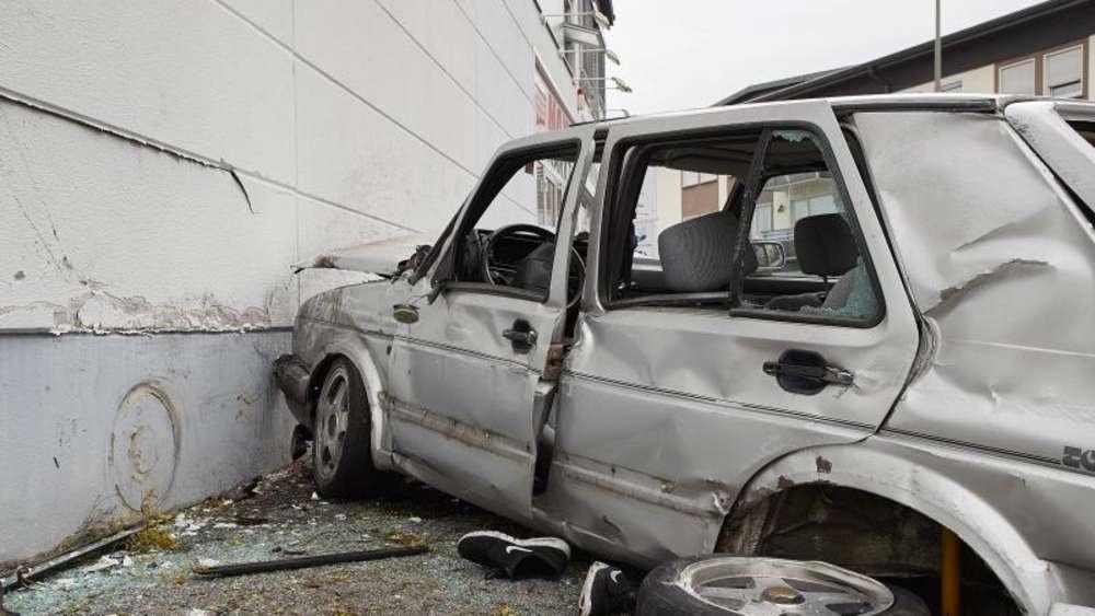 Junger Fahrer Kracht Mit Auto Gegen Wand Und Stirbt Welt