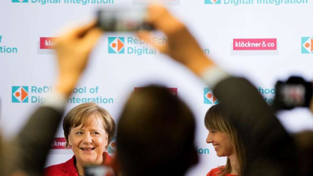 Bundeskanzlerin Merkel besucht in Berlin die ReDI School of Digital Integration. Foto: Kay Nietfeld